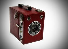 Goldstein - France Completely cardboard camera 120 rollfilm Photos Built in Yellow Filter And he's a pretty awesome color too! Nikon Cameras, Old Cameras, Leica Camera, Spy Camera, Camera Gear, Classic Photography, History Of Photography, Photography Camera, Antique Cameras