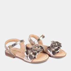 Sandalias de Niña Piel Flores Platino Baby Girl Shoes, Girls Shoes, Huarache, Childrens Shoes, Leather Sandals, Tory Burch, Prada, Footwear, Future