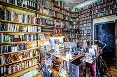Das Arbeitszimmer hat durch die deckenhohen Regale Bibliothekscharakter und eine warme Atmosphäre bekommen. Nur mit einer Leiter kommt Peter an die oberen Bücher. #homestory #homestoryde #home #interior #design #inspiring #creative #porno al forno #peter #musiker #fotograf #altbau #gitarren