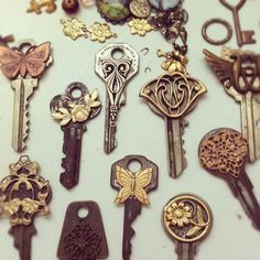 What to do with all those old keys that have no lock. :) make key look vintage by gluing metal pins (can get at Micheals) to the front of it! Vintage Keys, Look Vintage, Antique Keys, Vintage Stuff, Key Jewelry, Jewelry Making, Jewelry Findings, Jewellery Box, Craft Jewelry