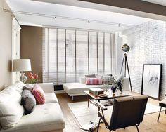 Zona de estar con módulos tapizados en piel blanca