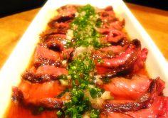 beef tataki Beef Tataki, Seaweed Salad, Sushi, Good Food, Healthy Recipes, Ethnic Recipes, Sweet Treats, Asia, Health Recipes