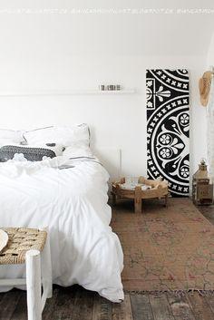 Mooi met het vloerkleed en het bijzettafeltje als nachtkastje