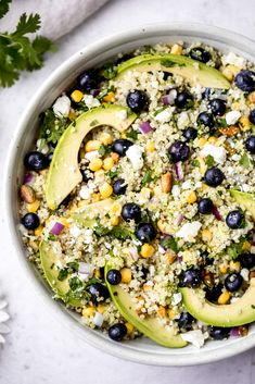 Gorgeous avocado blueberry quinoa salad loaded with fresh corn red onion tangy feta chopped pistachios and tossed in a flavorful cilantro lime dressing This delicious vegetarian quinoa salad is perfect for summer lunches parties and picnics Blueberry Quinoa Salad, Vegetarian Quinoa Salad, Quinoa Salat, Feta Salat, Vegetarian Meal Prep, Best Vegetarian Recipes, Healthy Meal Prep, Healthy Recipes, Avocado Recipes