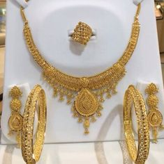 Gold Jewelry Design In India Refferal: 8962000701 Gold Jewelry Simple, Gold Wedding Jewelry, Stylish Jewelry, Bridal Jewelry, Fashion Jewelry, Bridal Necklace, Bridesmaid Jewelry, Gold Ring Designs, Gold Bangles Design