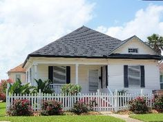 2 blocks from beach great location by Galveston down town and historic district
