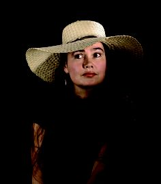 Vanja Strle, nata a Capodistria nel 1960, vive e lavora a Lož in Slovenija. È laureata in ingegneria chimica e suona il violino e il pianoforte. Ha pubblicato numerose raccolte poetiche e nel 2009 è uscita la silloge Quale fuoco / Kateri ogenj, pubblicata da Mobydick. In Italia molte delle sue poesie, tradotte da Jolka Milič, hanno ricevuto prestigiosi riconoscimenti.
