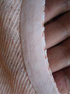 Секрет качественной обработки горловины без воротника, пройм без рукавов косой бейкой заключается в её очень несложной, простой подготовке (обработке) перед притачиванием. Каждый раз, продумывая, как лучше обрабатывать срезы, нужно учитывать свойства и внешний вид ткани. Когда же следует использовать косую бейку вместо обтачки? 1. Межлекальных выпадов основной ткани недостаточно для выкраивания обтачки. 2.