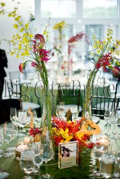 Modern floral arrangement! #bigcitybride #chicagowedding  #chicagoweddings #chicago #wedding #weddings #weddingplanner #weddingplanners #floral #weddingfloral