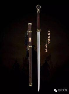 1965年考古出土的「越王勾踐劍」在地下埋藏了兩千多年不銹且依然寒光四射、一次劃透19張紙,可謂鋒利無比。電子鍍鉻防鏽技術是隨著現代工業文明產生的,那是20世紀30年代的事情。而古代化學鍍鉻技術的發明,是我國2200年前首創的奇蹟,並首先在青銅兵器上取得成功。