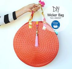 Refashioning: Placemat to Sassy Straw Bag. Make a cute summer bag using inexpensive placemats, Dritz hardware and some easy sewing techniques. Diy Handbag, Diy Purse, Diy Straw, Straw Bag, Sewing Tutorials, Sewing Projects, Bag Tutorials, Trash To Couture, Diy Mode