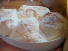 Salzburgi galuska recept Hozzávalók: 7 tojásfehérje 3 tojássárgája 3evőkanálkristálycukor 1evőkanál vaníliás cukor 1evőkanálbúzaliszt 1csipetsó vaj Elkészítése: A tojásfehérjéket egy csipet sóval kemény habbá verjük. Közben fokozatosan hozzáadjuk a kristálycukrot és addig keverjük, amíg fényes hab nem lesz. A tojássárgákhoz hozzáadjuk a vaníliás cukrot és a fehérjehabot. Óvatosan beleforgatjuk a lisztet is. Egy hőálló tálat kivajazunk,(...) Tiramisu, Camembert Cheese, Salzburg, Bread, Baking, Cake, Food, Sweets, Brot