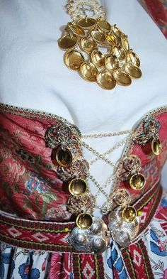 Aust-Agder - Åmlibunad Traditional Fashion, Traditional Dresses, Welsh, Norwegian Vikings, Viking Series, Folk Costume, Mittens, Norway, Scandinavian