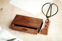 Elegante Schreibtisch-Organisator für Ihr Büro, Stifte, Papier für Notizen und andere kleine Briefpapier-Zubehör zu halten. Es werden große elegante Akzente auf Ihrem Schreibtisch.  Stifthalter besteht aus Nussbaumholz mit schönen Holzmuster. Es verfügt über eine Schublade und 2 Löcher für Stifte.  Veranstalter ist MADE TO ORDER. Wir machen es in 7-10 Werktage nach Ihrer Bestellung. Holzmuster wird nicht genau gleich sein - jedes Stück ist ein Unikat, aber wir werden unser Bestes tun.  Größe…