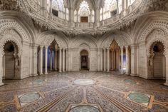 Castillo de Sammezzano en la Toscana, Italia .La habitación blanca. Fue adquirido por Edward Ximenes Cavalier Fernando de Aragón en 1605, y luego lo heredó Nicholas Panciatichi, quien admiraba la arquitectura y cultura árabe. Por este motivo llevó este estilo al castillo Sammezzano y lo rediseñó entre 1853 y 1889.