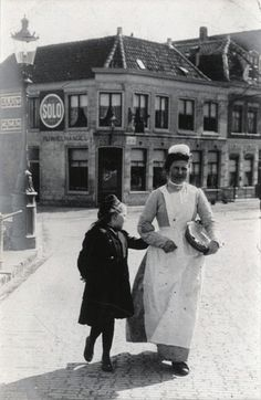 The Domestic Servant A maid and child, Alkmaar, North Holland, 21 April Taken by the Punch cartoonist Linley Sambourne Vintage Photos Women, Vintage Photographs, Vintage Images, Jane And Michael, Vintage Photo Album, All Family, Women In History, Historical Photos, Old Photos