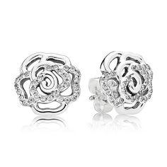 Estes brincos de rosa de prata de lei com detalhes em pedras brilhantes, criam um look discreto e glamouroso.