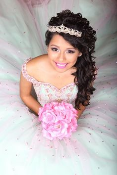 Curly side swept hair style with pink and metallic makeup for Quinceanera Sweet 16 Pictures, Quince Pictures, Prom Pictures, Quinceanera Planning, Quinceanera Decorations, Quinceanera Party, Mint Quinceanera Dresses, Sweet 16 Fotos, Sweet 15