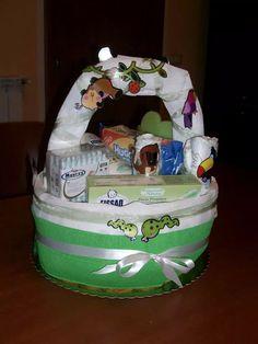 Torta di pannolini, diaper cake, cesto con prodotti