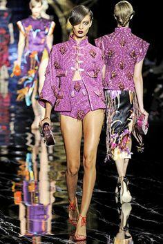 Louis Vuitton Parigi - Spring Summer 2011 Ready-To-Wear - Shows - Vogue. Louis Vuitton Clothing, Louis Vuitton Shop, Costume Rose, Collection Louis Vuitton, Catty Noir, Pink Suit, Joan Smalls, Fashion Show, Fashion Design