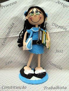 Boneca feita de EVA em 3D de ótima qualidade, as bonecas são feitas sob encomenda, os braços são flexíveis, assim podendo mexer os braços, cor dos olhos, cabelos, pele, tipo de brinco, tênis ou sapato, saia ou calça, enfim, existem muitas variedades. Todas as bonecas vem com acessórios, como bolsa, argola do cinto de metal, os brincos podem variar, entre, chanton, strass, pérolas...