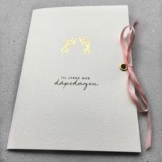 Dåpskort til jente. Kortet er håndtrykket med et babyfotavtrykk i gull og pyntet med en nydelig rosa sløyfe i ekte matt silke.