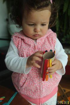 Brinquedo feito em casa para bebês - gabi colocando os palitos