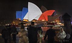【2015.11.15 日曜日】     世界で建物が仏国旗の3色に   フランス国旗の赤、白、青の3色にライトアップされたオーストラリア・シドニーのオペラ・ハウス(2015年11月14日撮影)。(c)AFP/William WEST