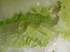 Cuprotungstite.  Grube Clara, Wolfach, Schwarzwald, Deutschland Taille=6.5 mm Copyright loparit
