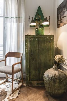 My husband calls me a hoarder, I call myself a passionate collector. He's not convinced. I think I can learn something fromAriane Dalle and the way she lives with her treasures in a stylized and surprisingly uncluttered manner. The design director of fabric houses Manuel Canovas and Larsen lives