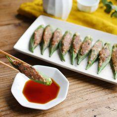 「オクラ餃子」のレシピと作り方を動画でご紹介します。餃子の肉だねを作り、オクラの中に詰めてこんがりと焼きました。オクラの歯ごたえもよく、餃子の皮もいらないのでヘルシー◎ ミニサイズなのでお弁当おかずにもおすすめのひと品です。 Bento Recipes, Healthy Recipes, Easy Cooking, Cooking Recipes, Japanese Food Sushi, Steam Recipes, China Food, Cafe Food, Healthy Meal Prep