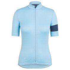 Rediseñado para 2016 con un nuevo tejido de merino más ligero, suave y transpirable, es el maillot más versátil de toda la colección Rapha. El diseño de este maillot también ha sido mejorado con un nuevo patrón que abulta menos.