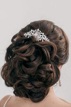 coiffure mariage cheveux long - chignon bouclé décoré de peigne à cheveux