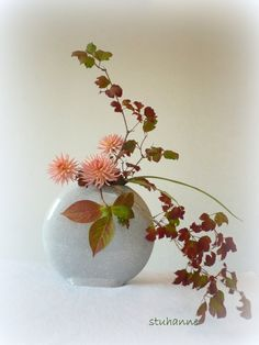 IKEBANA OHARA: nageire Arrangement Floral Ikebana, Arrangements Ikebana, Modern Flower Arrangements, Art Floral, Floral Artwork, Deco Floral, Exotic Flowers, Faux Flowers, Beautiful Flowers