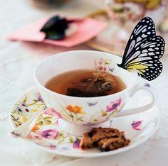 Esta é para ganhar o troféu de chá com charme: faça uma impressão frente e verso da imagem de uma borboleta, recorte e dobre ao meio, prendendo o fio de um saquinho de chá. Por fim, faça um pequeno corte para encaixar a figura na borda da louça. Dá um certo trabalho, mas vale a pena: a borboleta pousada na xícara vai gerar repercussões por muito tempo