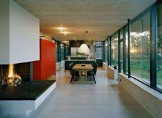 cheminée contemporaine à foyer ouvert dans une salle de déjeuner spacieuse
