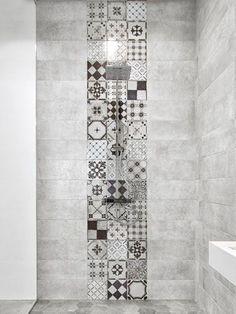 parete cemento con mix di piastrelle