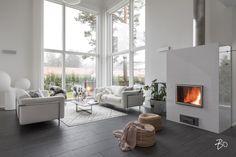Upean avara ja valoisa olohuone kohoaa parhaimmillaan moneen metriin. Pimeisiin iltoihin tunnelmaa ja lämpöä luo alakerran varaava takka, jonka liekkejä voi ihailla melkeinpä mistä suunnasta tahansa.