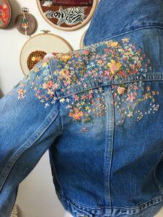 Diy Kleidung Bestickte Kleidung von Usedthreads Shop on Etsy . Denim Jacket Embroidery, Embroidered Denim Jacket, Embroidery On Clothes, Embroidered Clothes, Diy Embroidery, Embroidery Fashion, Hand Embroidery Designs, Embroidered Flowers, Diy Kleidung