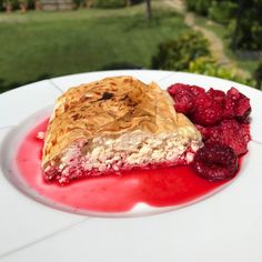 Cottage cheese strudel with less sugar than usual and no surprise ingredients! The advantage of home baking. Just cottage cheese  eggs some brown sugar and extra thin strudel dough. Add raspberries and enjoy every bite of your homemade strudel!  #strudel #cottagecheese #onpath . . . . . . #healthyeating #healthyfood #fitnessfood #fitnesslife #fooddiary #healthyliving #youarewhatyoueat #foodjournal #eatwell #eatclean #intuitiveeating #balanced #fitness #paleo #healthybody #icandothis…