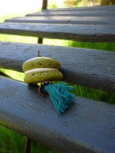 Sautoir avec macaron couleur pistache avec pompon couleur bleu canard sur chaîne à billes en laiton. Cocomuxu
