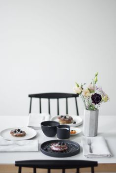 black and white table setting   _our food stories_: behind the scenes & die leckersten veganen pancakes