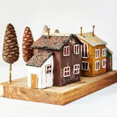 One of a kind two rustic house miniature, with wood tin roofs and nail chimneys. Completly hand made from recycled wood and other metal work details. + Hand painted with acrylics + Recycled wood, tin, nails + Measurments: Crafts To Sell, Home Crafts, Diy And Crafts, Wooden Art, Wooden Crafts, Ceramic Houses, Wood Houses, Small Wooden House, Recycled Wine Bottles