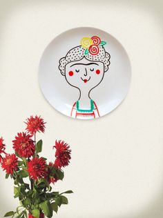 From brazilian online store Meu Adorável Iglu. Plate Wall Decor, Plates On Wall, Pottery Painting, Ceramic Painting, Pottery Plates, Ceramic Pottery, Make Your Own Pottery, Inspiration Artistique, Frida And Diego