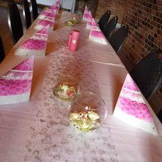 Denne helgen har jeg pyntet eller levert pynt til 6 forskjellige konfirmasjonsbord. Under vil dere se litt fra 5 av dem. 3 rosa jentebord, a...
