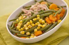 L'insalata di fagiolini, carote, mais e tonno è un delizioso piatto unico, indicato nella stagione estiva, perché fresco e leggero; ottimo da preparare con largo anticipo e lasciare in frigorifero ad insaporirsi.