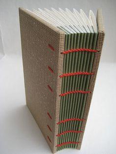 Dario Zeruto e l'arte della rilegatura creativa Bookbinding Tools, Bookbinding Tutorial, Diy Bookmaking, Diy Notebook, Old Book Pages, Book Projects, Handmade Books, Journal Covers, Book Binding