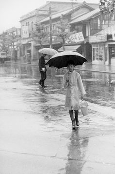 Bob Willoughby. Kyoto street in the rain, Japan 1958.