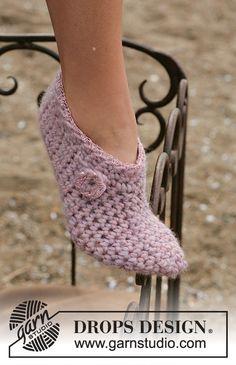 Free crochet slippers pattern by DROPS Design. Crochet Woman, Love Crochet, Knit Crochet, Crochet Boots, Crochet Clothes, Crochet Slipper Pattern, Knitting Patterns, Thick Wool Yarn, Crochet Slippers