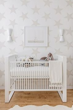 ホワイトのペース地に薄いベージュの大きな星が描かれた壁紙は、ダイナミックな絵柄でありながら上品にまとまっています。家具をホワイトでまとめることで、薄いカラーの星が美しく浮かび上がります。